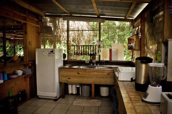 Drake Bay Backpackers: Equipped kitchen