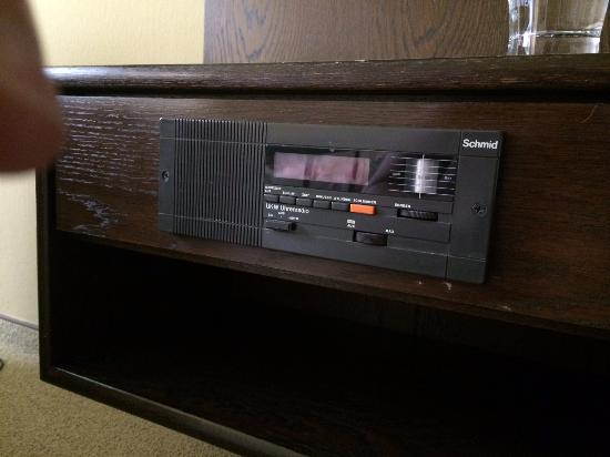 Hotel Moselblick: The early 80's radio in the room.