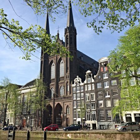 Amsterdam Boutique Apartments : Вид с набережной напротив выхода из апартаментов