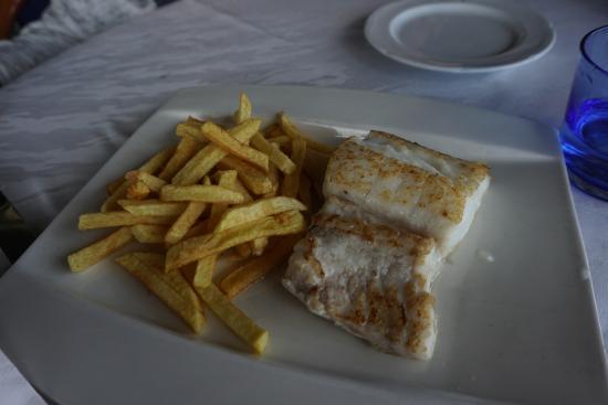 Sant Just Desvern, Spain: Merluza con patatas que tenía que ser la propuesta infantil que costaba casi 20 euros