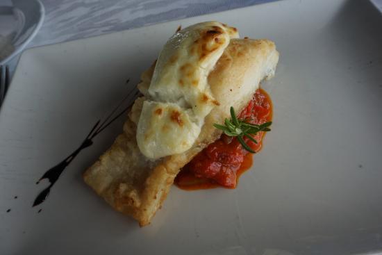 Sant Just Desvern, Hiszpania: Bacalo con allioli gratinado y piperrada, bien cocinado, gustoso pero justito de cantidad