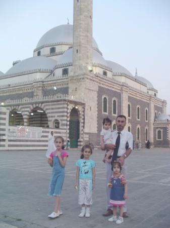Khalid ibn Al-Walid Mosque: الصورة أخذت في 18 آب 2004 أمام مسجد خالد بن الوليد في حمص
