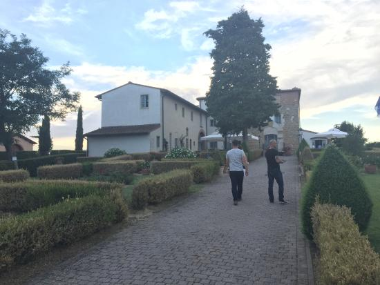 Castello di Fulignano: Entrance to the hotel and restaurant