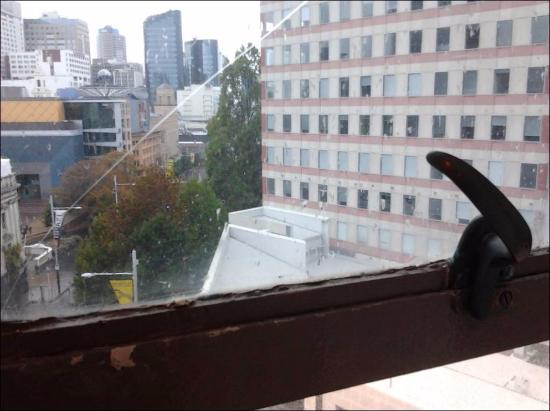 Scenic Hotel Auckland: Window in the room was cracked (2)