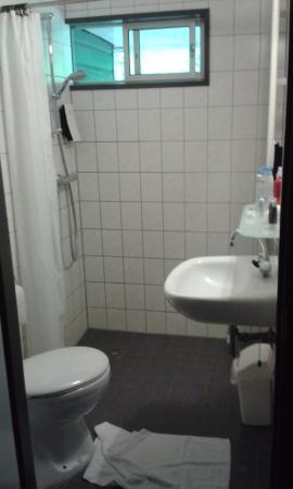 Putten, Países Bajos: hoeveel kun je proppen op een klein badkamertje...niet hotelwaardig