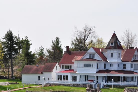 Gananoque, Canadá: Just one of many large homes on the river