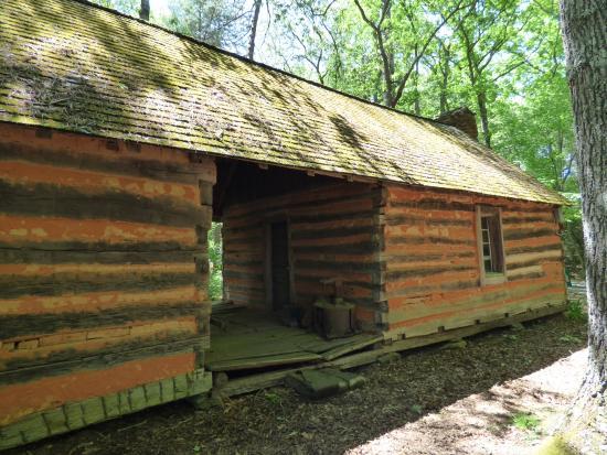 Brasstown, Carolina del Norte: Old log cabin on property