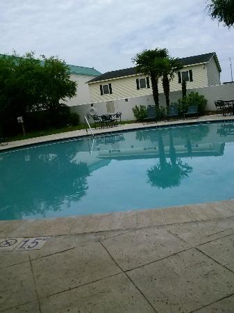 Econo Lodge Inn & Suites: 0510161501b_large.jpg