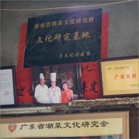 Chao'an County, China: この城壁の中では、食事が出来る店は一件しかない。しかもメニューは焼きそばだけだが、この店のオーナーの焼きそばは賞を受賞。そして、とても美味しい。