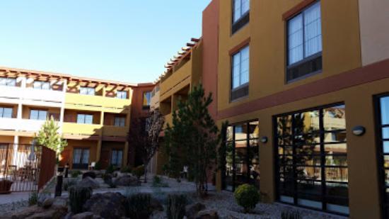 Moenkopi Legacy Inn & Suites: Courtyard