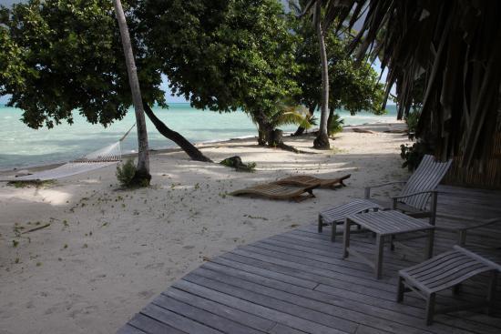 Le Taha'a Island Resort & Spa: ponton privé sur la plage