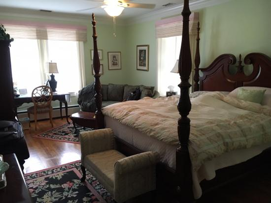 Irish Rose Bed & Breakfast: My bedroom - Darlene's Hideaway. I believe there are 3 bedrooms, all on the second floor.
