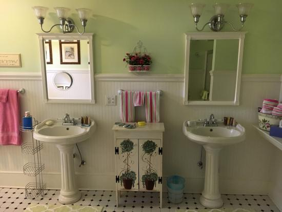 Irish Rose Bed & Breakfast: My private bathroom, which was huge and had a bathtub as well as a shower, and two sinks