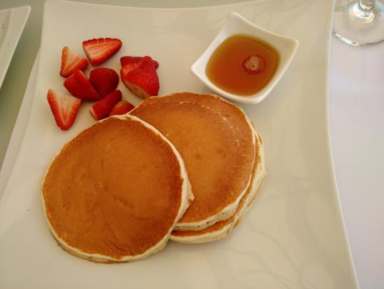 Anima Lounge: Pancakes with 'maple' syrup and strawberries