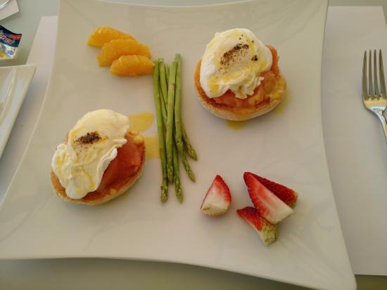Anima Lounge: Salmon on muffins