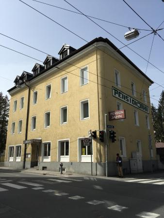 Pension Jahn: 350 เมตรจากสถานีรถไฟ Salzburg