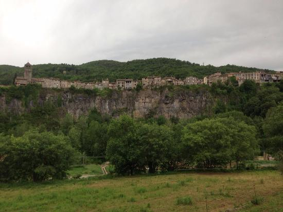 Castellfollit de la Roca, Hiszpania: Вид на город со стороны дороги.