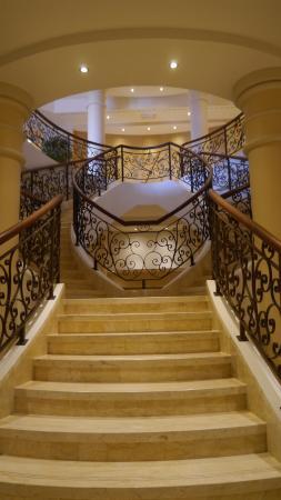 Cascade Wellness & Lifestyle Resort: Treppenaufgang in der Halle