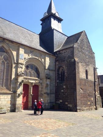 Malestroit, Frankrike: Belle église traditionnelle bretonne au milieu d'une place piétonne pittoresque
