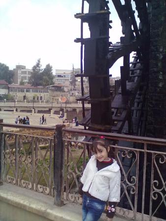 Norias Park : صورة لابنتي الصغيرة لانة قرب الناعورة في حديقة أم الحسن في حماة.