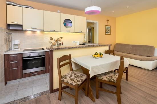 Apartments Komazin: SUNCE kitchen with living room