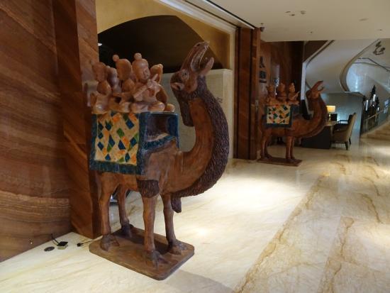 Huanqiu International Hotel : Camels in lobby.