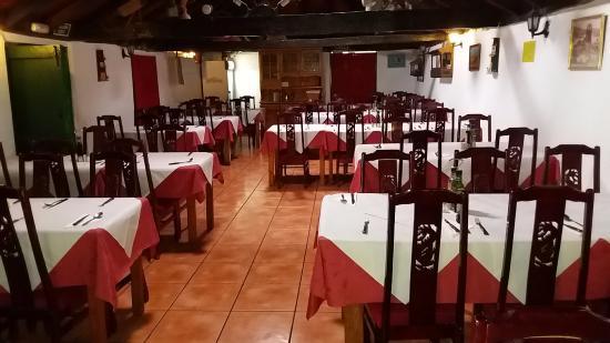 https://media-cdn.tripadvisor.com/media/photo-s/0b/46/0e/df/restaurant-interieur.jpg