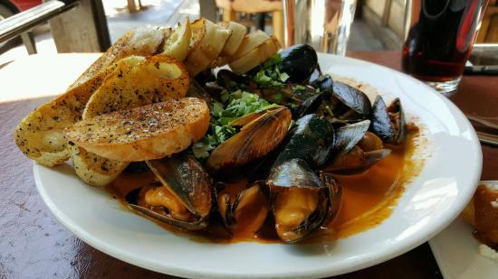 Estrella: Mussels in chorizo cream sauce