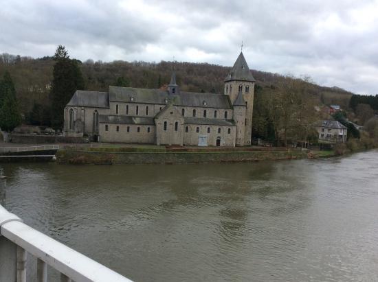 Hastiere-Lavaux, Belgien: Vue de l'abbatiale à partir du pont de la rive gauche de la Meuse, soit Hastiere Lavaux