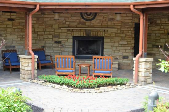 Hampton Inn Pigeon Forge: Outdoor fireplace area
