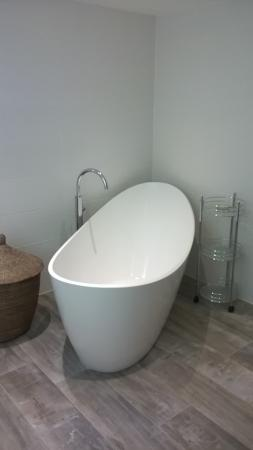 St Issey, UK: Slipper bath in one of the luxury suites. Very comfy place to watch TV!