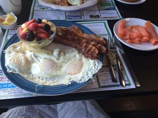 Downingtown, PA: Fried eggs, bacon, berries and side of smoked salmon! Yum!