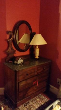 Taft Bridge Inn: Lovely antique dresser