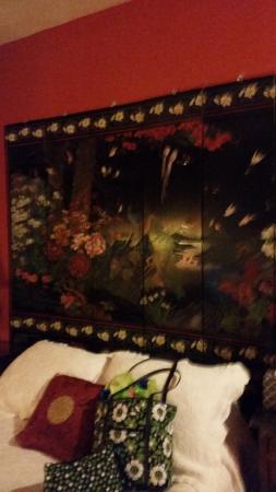 Taft Bridge Inn: Lovely headboard but cheap hangers for it