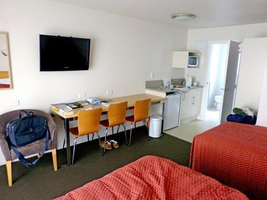 Apollo Lodge Motel: Room had double, single bed, large desk/dining table & kitchen.