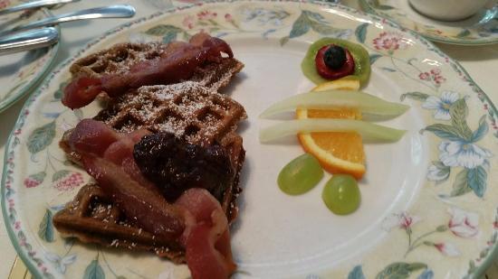 Greystone Bed & Breakfast: Waffles for breakfast