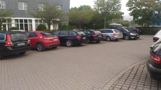 Vienna House Easy Landsberg: Estacionamento do hotel