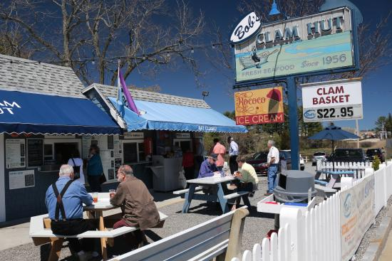 Kittery, ME: Diners enjoying great food and warm sunshine at Bob's