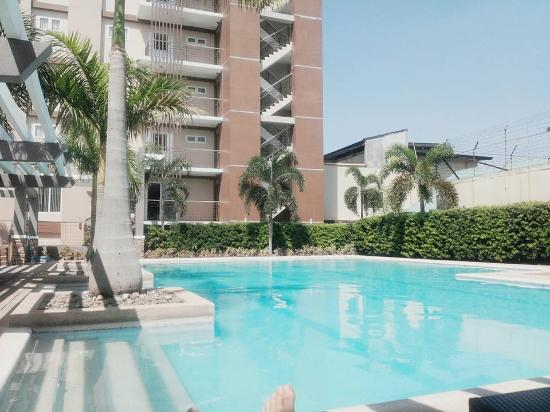 Cainta, Filipinas: Outdoor pool but warm and comfortable