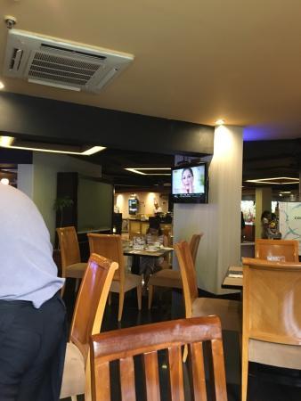 Aston Rasuna: Breakfast and restaurant