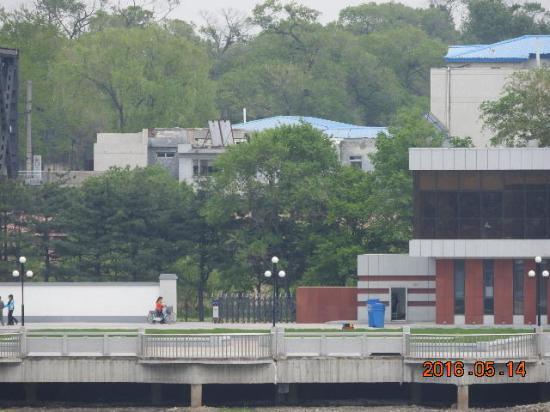 Dandong, الصين: 鴨綠江斷橋對面的北韓