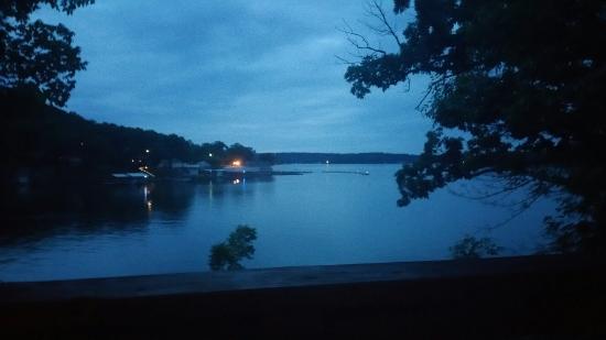 Sunrise Beach, MO: Enjoying the lake at twilight from the balcony.