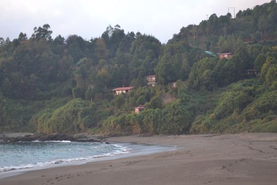 Cabanas del Abuelo: vista de las cabañas desde la playa de los enamorados