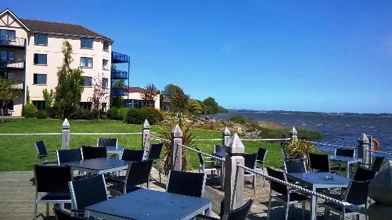 Ferrycarrig, Irlanda: Outside on the decking area overlooking the water