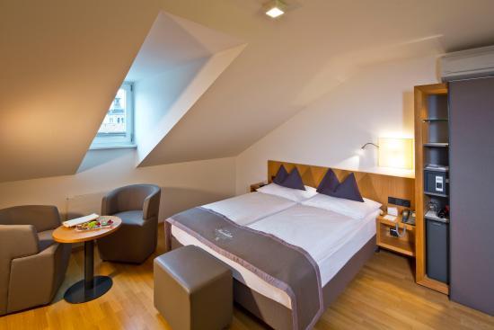 Doppelzimmer mansarde 1 foto di hotel maximilian for Foto di mansarde arredate