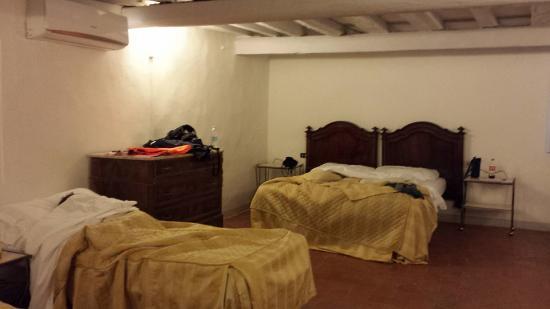 Hotel Medici: Vi sembra una camera di un albergo?