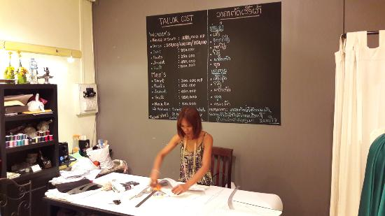 Elegant Boutique: The owner at work: she is very kind and helpfull. She can speak lao, thai, french and english.