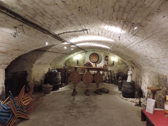 Domaine Juliette Avril: Belle cave voûtée propice aux dégustations agréables