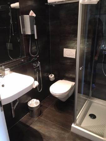 Hotel And SPA Internazionale: Badezimmer, Klein Aber Modern
