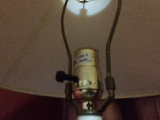 Saxony Motel & Restaurant: No lightbulb in the lamp.
